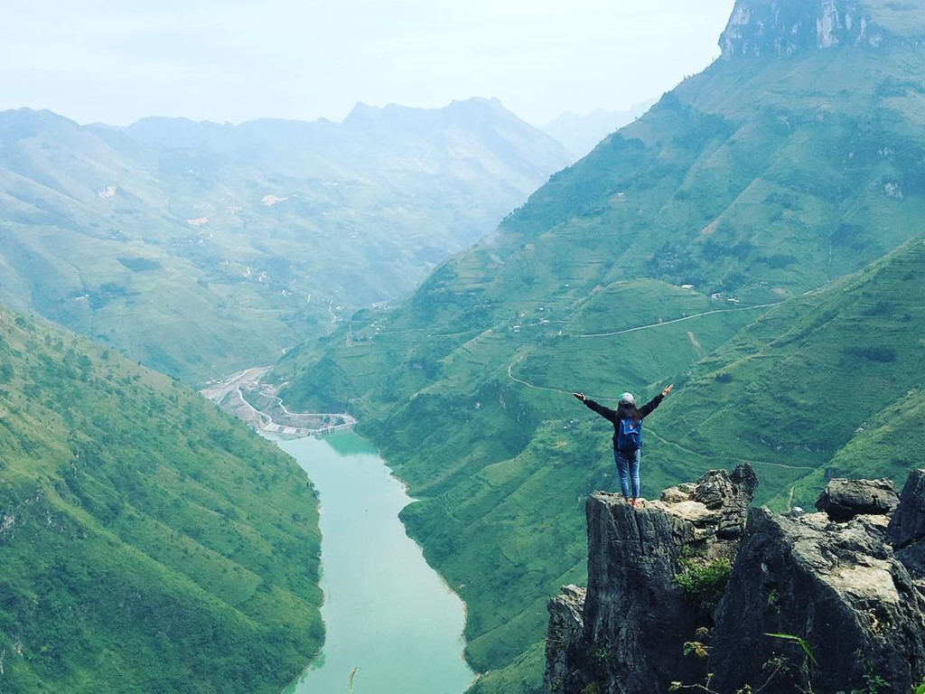 """Đèo Mã Pí Lèng nhìn xuống dòng sông Nho Quế là cung đường được các tay phượt chuyên nghiệp mệnh danh """"huyền thoại"""" vì nơi đây có độ dốc và các khúc cua đặc biệt. Đến đây, bạn sẽ được phóng tầm mắt thật xa để nhìn ngắm toàn cảnh núi đồi, bởi đèo Mã Pí Lèng có độ cao đến 1.200 m. Ảnh: chuyenngo."""