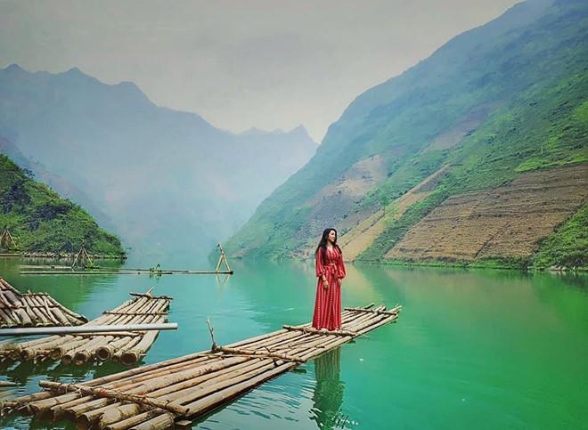 Ngày nay, đoạn đèo này cùng với dòng sông Nho Quế đã trở thành một địa điểm xinh đẹp thu hút các du khách yêu thích sự phiêu lưu mạo hiểm. Phong cảnh nơi đây vẫn giữ nguyên sự trong lành, hoang sơ. Đâu đó trên các lưng núi vẫn có bản làng của người dân tộc sinh sống, dòng sông lúc mờ sáng lại đầy ắp những làn sương mù huyền ảo. Ảnh:Trâm Đoàn.