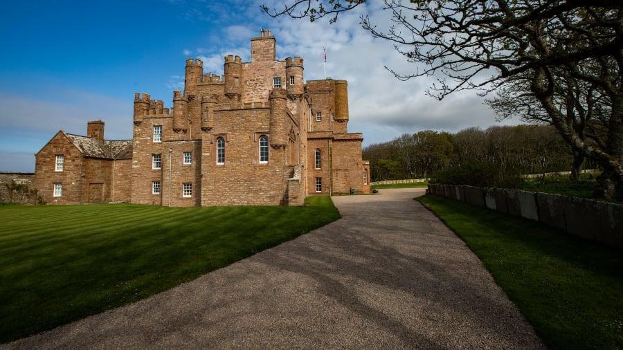"""Một """"nhà nghỉ"""" nguy nga với 10 phòng ngủ bên trong khuôn viên lâu đài Mey của hoàng tử xứ Wales vừa chính thức nhận khách thuê phòng. Nơi này nằm gần bờ biển, giữa những bãi cỏ mênh mông của vùng nông thôn của Scotland."""