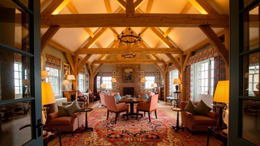 Toàn bộ phòng ở đây đều được trải những tấm thảm hoa đắt tiền. Sau khi tòa lâu đài được khôi phục, các nhà thiết kế đều muốn giữ nguyên nét truyền thống của hoàng gia Scotland qua các loại vải, thảm và họa tiết hình thú cầu kỳ. Một phòng ngủ ở đây có giá cho thuê khoảng 187 USD/đêm.