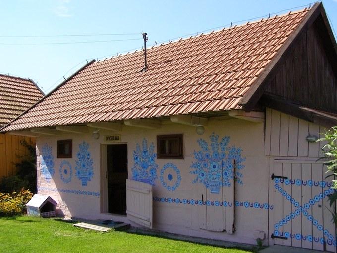 Cách thành phố Krakow lớn thứ 2 của Ba Lan khoảng 90 phút lái xe, thị trấn Zalipie ở vùng xa xôi hẻo lánh có kiểu trang trí nhà cửa độc đáo, khiến du khách như đang lạc vào một vườn hoa cổ tích.