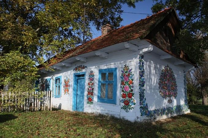 Trong đó nổi tiếng nhất là nhà của Felicja Curyłowa - người lan tỏa trào lưu này ra khắp làng và khiến nó nổi tiếng trên thế giới, dù bà không phải là người nghĩ ra truyền thống này. Sau khi bà mất vào năm 1974, ngôi nhà màu trắng vẽ hoa trở thành một bảo tàng nho nhỏ ở thị trấn.