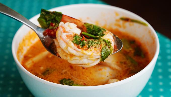 Tom Yum (canh truyền thống)  Đây là món súp cay, rất nổi tiếng ở Thái Lan. Món ăn là sự kết hợp của những loại hải hải tươi ngon, các loại gia vị tạo ra vị chua và cay nồng. Bạn còn cảm nhận được vị béo ngậy từ nước cốt dừa cùng các loại rau thơm. Nguyên liệu chính của món ăn được làm từ tôm hoặc thịt gà, nấm, lá chanh Thái, riềng, sả, nước dừa... Tùy từng nơi nguyên liệu của món này có thể thay đổi với các loại hải sản khác nhau. Món ăn dễ dàng tìm thấy tại các quán đường phố hoặc nhà hàng, giá dao động từ 100 baht (hơn 70.000 đồng). Ảnh: Phong Vinh.