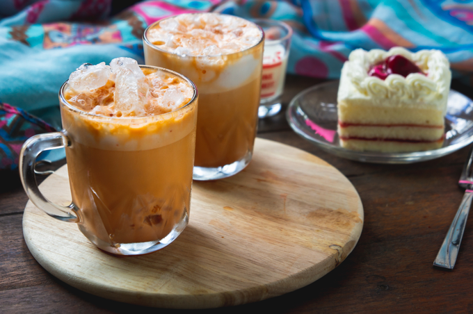 Trà sữa Thái Món đường phố làm xiêu lòng nhiều du khách ở Thái Lan là trà sữa. Trà sữa Thái phổ biến có màu cam và màu xanh. Loại trà màu cam đặc trưng được pha từ hồng trà với sữa (sữa bột, sữa đặc hoặc kem). Ly trà sữa đậm vị béo nhưng vẫn không mất đi mùi trà đặc trưng. Du khách có thể bắt gặp đồ uống giải nhiệt này trên bất cứ nơi nào ở Thái Lan với giá cả phải chăng. Ảnh: Shutterstock/girl-think-position.