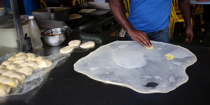 Đây là một kiểu bánh kếp bạn có thể dễ dàng tìm mua tại các con đường ở trung tâm Bangkok. Miếng bánh được rưới sữa đặc cùng siro chocolate mang lại hương vị ngọt ngào. Một số hàng quán còn làm thêm prata hương chuối và được nhiều du khách yêu thích. Mỗi suất ăn có giá từ 50 baht (hơn 35.000 đồng). Ảnh: Shutterstock/Alexlky.
