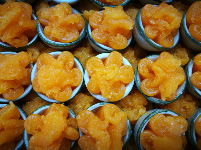 Thong Yip (bánh trứng ngọt)  Loại bánh này còn có tên gọi là thong yord hay foi thong. Thông thường, chúng được làm từ lòng đỏ trứng gà trộn với bột và đường. Tuỳ theo đầu bếp mà bánh có nhiều hình dáng khác nhau, có loại dài như sợi, có loại tròn như quả bóng bàn. Hình dạng bông hoa được xem là mất công nhất. Chiếc bánh có giá khoảng 10 - 15 baht (khoảng 7.000 - 10.000 đồng). Ảnh: Shutterstock/Siriphas.