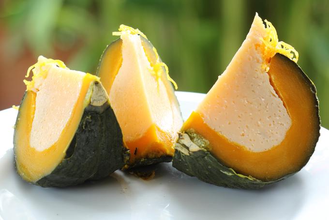 Sankaya Fak Thong (bánh bí ngô)  Để làm ra món này đòi hỏi đầu bếp phải thật khéo léo để nạo bỏ phần ruột bí mà không chạm đến phần thịt của quả. Kế đến, đầu bếp sẽ lấp đầy bên trong bằng nhân kem trứng mịn màng. Cả quả bí sau đó được cho vào nồi hấp tới chín. Món ăn có vị ngọt của bí ngô, vị béo thơm của kem trứng. Phần thịt bí sau khi chín có độ mềm, được chia ra thành nhiều miếng nhỏ bán với giá khoảng 50 baht (hơn 35.000 đồng) một miếng. Ảnh: Shutterstock/kungverylucky.
