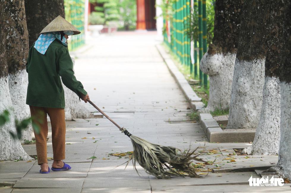 Hằng ngày, các cán bộ, nhân viên của Ban quản lý Khu di tích Kim Liên đều dọn dẹp vệ sinh các lối đi, tạo cảnh quan đẹp, ấn tượng với du khách mỗi lần về thăm quê Bác - Ảnh: DOÃN HÒA