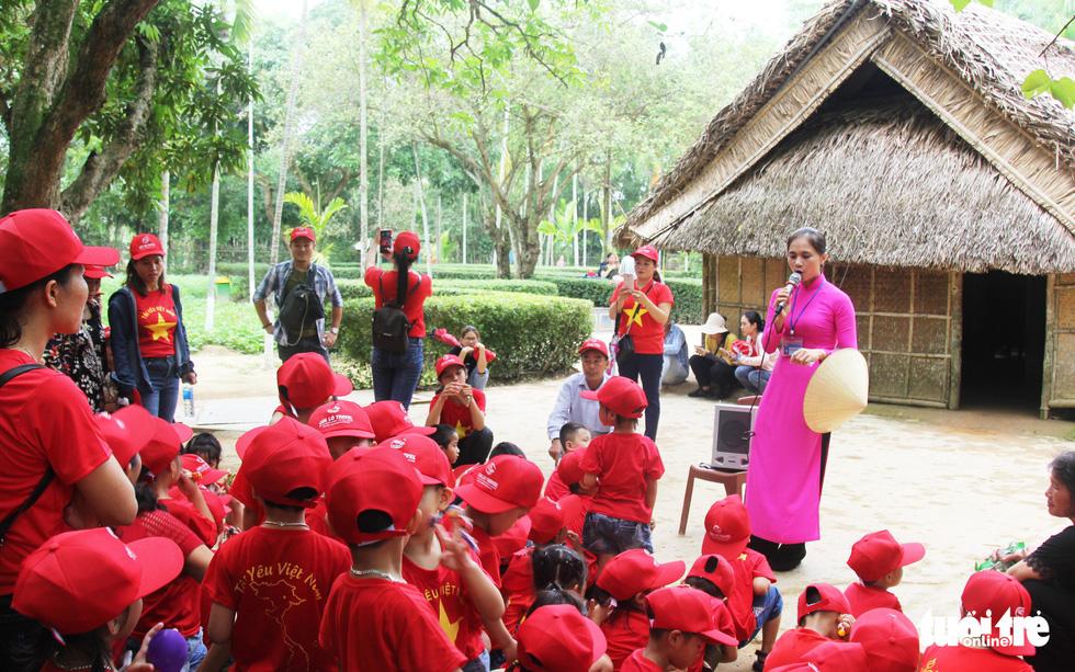 Mỗi năm, Khu di tích Kim Liên đón hơn 1,5 triệu lượt khách đến thăm. Vào những dịp ngày sinh nhật Bác Hồ (19-5), ngày Quốc khánh (2-9), du khách và người dân ở mọi miền Tổ quốc lại về quê Bác nghe thuyết minh về gia đình, quê hương và tuổi ấu thơ của Chủ tịch Hồ Chí Minh - Ảnh: DOÃN HÒA
