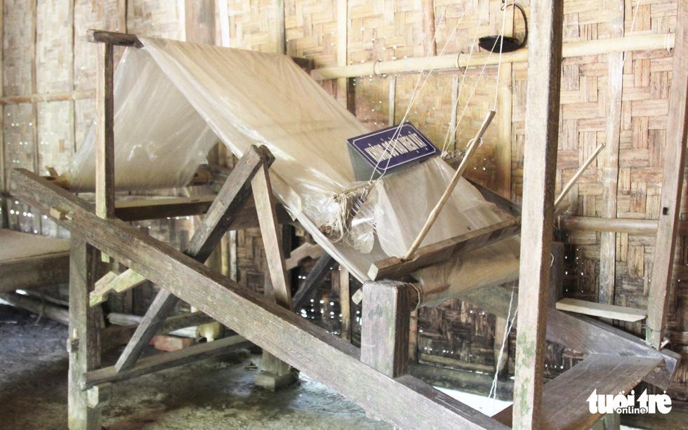Chiếc khung cửi đặt ở gian thứ ba ngôi nhà ở quê ngoại Bác Hồ. Bà Hoàng Thị Loan dùng để dệt vải, dệt lụa nuôi cả nhà - Ảnh: DOÃN HÒA