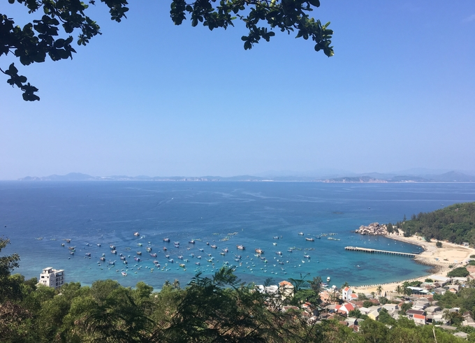 Cù lao Xanh hay còn gọi là đảo Vân Phi nằm gần vịnh Xuân Đài, cách TP Quy Nhơn khoảng 17 km là điểm đến lý tưởng dành cho người không thích sự ồn ào.