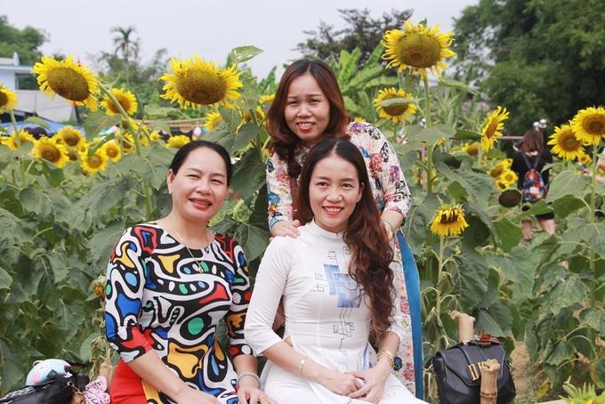 Ngoài các bạn trẻ, nhiều phụ nữ Huế cũng diện áo dài đến vườn hoa hướng dương tạo dáng chụp ảnh làm kỷ niệm.