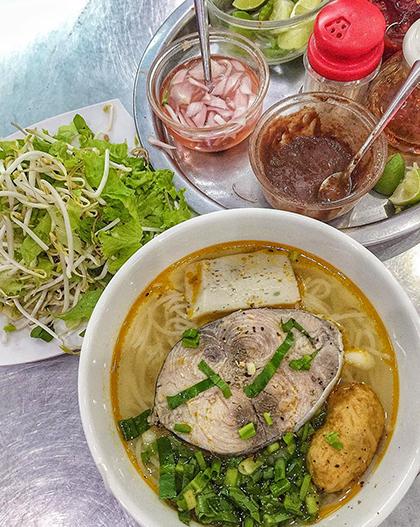 Phượng Tèo  Bún cá cũng là một trong những đặc sản nổi bật ở Quy Nhơn. Quán nhỏ thân quen với người địa phương này sẽ là địa chỉ cho bạn suất ăn với nước dùng thanh ngọt. Phần ăn cũng đầy đặn với giá 35.000 đồng. Quán bán thêm bánh canh, bún sứa, chả cá để khách thêm sự lựa chọn.  Địa chỉ: 211, đường Nguyễn Huệ. Ảnh: Jing Yo.