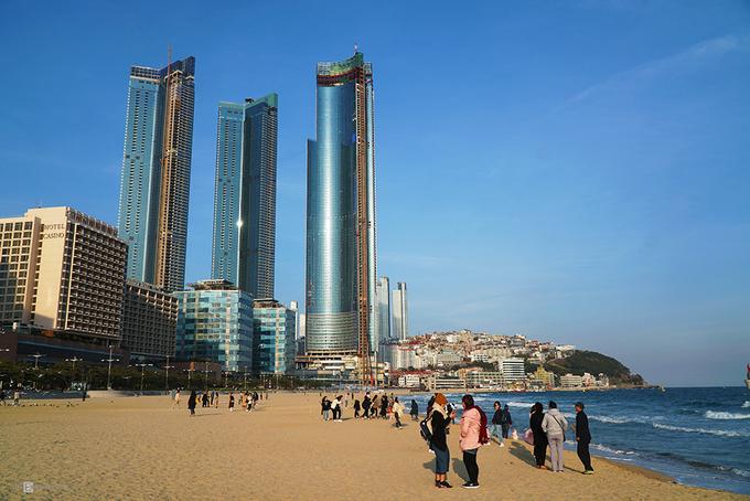 Bãi biển Haeundae  Haeundae nổi tiếng với bãi cát rộng, mịn dài 12 km. Đến đây vào dịp hè, du khách có cơ hội tham gia vào lễ hội cát của người địa phương, với nhiều hoạt động sôi nổi như lướt sóng, bóng chuyền, đấu vật…