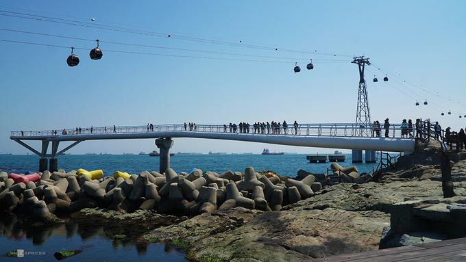 Cầu đi bộ ra biển - Songdo Skywalk  Cách trung tâm thành phố Busan 3 km, cây cầu nằm ngay bãi biển Songdo, được chia làm 2 nhánh khác nhau, cho phép du khách đi ra ngoài biển.