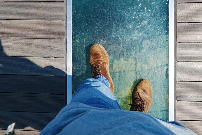 Cầu có độ cao vừa phải nhưng trên lối đi có phần lắp kính tạo cho du khách cảm giác hồi hộp khi bước. Điểm này không thu phí tham quan. Nếu dư dả thời gian, bạn có thể dạo bãi biển Songdo, nơi thường xuyên tổ chức các sự kiện, hoạt động thể thao.