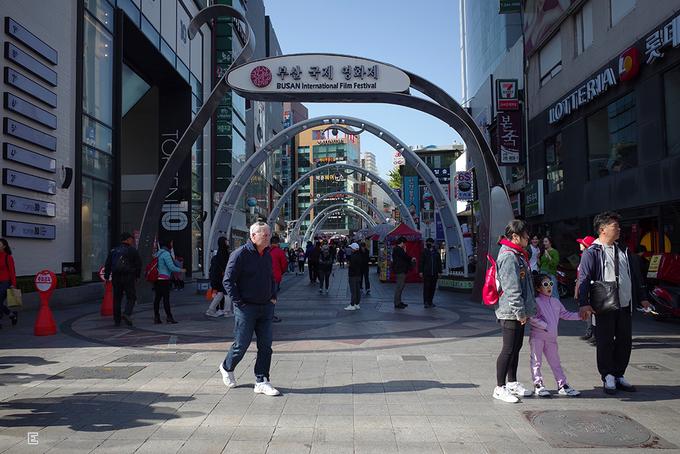 Thảm đỏ Liên hoan phim (LHP) quốc tế Busan  Đây là nơi hàng năm diễn ra LHP nổi tiếng ở Hàn Quốc. Tuy nhiên, ngày bình thường, con đường thuộc quận Haeundae này là một khu mua sắm sầm uất với hàng trăm cửa hàng. Người dân xứ Hàn cùng du khách khắp nơi đến đây để mua mỹ phẩm, quần áo, quà lưu niệm...