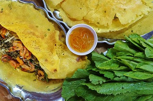 Bánh xèo  So với các nơi khác, bánh xèo miền Tây có thêm nước cốt dừa tạo nên vị béo và mùi thơm đặc trưng. Để làm ra chiếc bánh màu vàng, người dân trộn thêm chút nghệ vào bột, khuấy thật đều tay. Bánh cỡ lớn sau khi đổ lên chảo, được rắc phần nhân tôm, thịt đầy đặn cùng đậu xanh tạo vị bùi. Mỗi chiếc có giá 30.000 – 50.000 đồng.