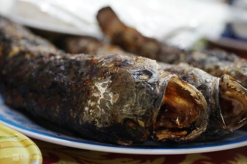 Cá lóc nướng  Đây là món quen thuộc của người dân miền Tây Nam bộ, được phục vụ nhiều trong các nhà hàng, quán ăn. Những con cá lóc tươi rói sau khi bắt dưới mương lên được xiên vào một que tre để nướng.  Cá toả mùi thơm nức mũi ngay khi còn trong than đỏ. Sau khi chín, cá dọn ra đĩa cùng rổ rau sống, bánh tráng, chén nước chấm chua cay. Bạn có thể chọn cách cuốn cá cùng bánh tráng hoặc ăn kèm với bún tươi. Thịt cá lóc nướng trui cho vị ngọt, chắc béo. Suất ăn được tính tiền theo cân nặng của cá.