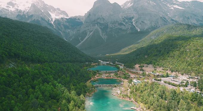"""Trong chuyến đi 7 ngày, cô ấn tượng nhất với Lệ Giang bởi những con đường cổ, hồ nước trong xanh dưới chân núi tuyết ở Lam Nguyệt Đàm. """"Màu sắc của hồ thay đổi nhiều sắc thái, bao quanh là cây lá và rừng núi trùng điệp, rất ngoạn mục"""", Yến nhớ lại."""