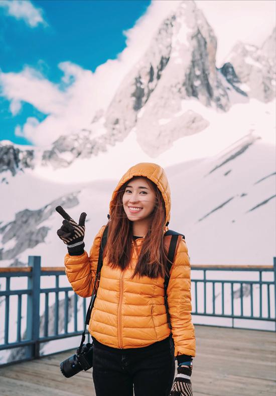 """Trước khi đến những điểm trên cao như núi tuyết ở Lệ Giang hay Shangri-la, khách du lịch được khuyến cáo mang theo bình oxy và uống thuốc bổ não. """"Vì từng có kinh nghiệm leo núi và tập yoga đều đặn, mình không bị ốm dù không uống thuốc hay mua bình oxy"""", Yến nói."""