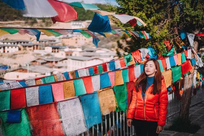 """Theo Yến, nếu ai thích tìm hiểu nét văn hoá của người Tạng, có thể chọn đến Tây Tạng hoặc đến Shangri-la ở Vân Nam.  """"Khi đến đây, mình may mắn được gặp lại những gam màu sắc giống hệt ở Tây Tạng. Hình ảnh người dân xoay kinh luân nơi phố cổ hay những bức tranh luân hồi khiến mình có nhiều cảm xúc"""", Yến cho biết."""