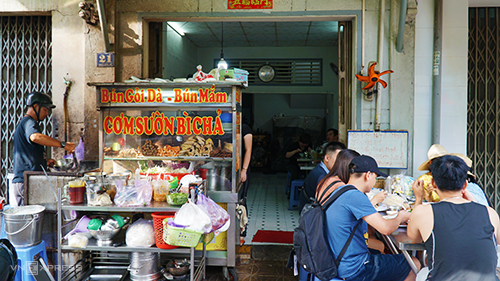 Như tại Cần Thơ, bạn có thể tìm đến quán ăn Chánh Mập nằm trên đường Ngô Đức Kế, gần bến Ninh Kiều, chuyên phục vụ món bún gỏi dà. Địa chỉ tồn tại đã 44 năm, từ hồi bà chủ mới 16 tuổi. Quán ăn nằm trên mặt tiền đường. Ảnh: Di Vỹ.
