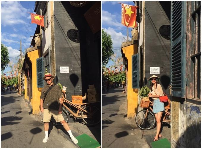 Kang Gary và vợ chụp ảnh trong phố cổ.