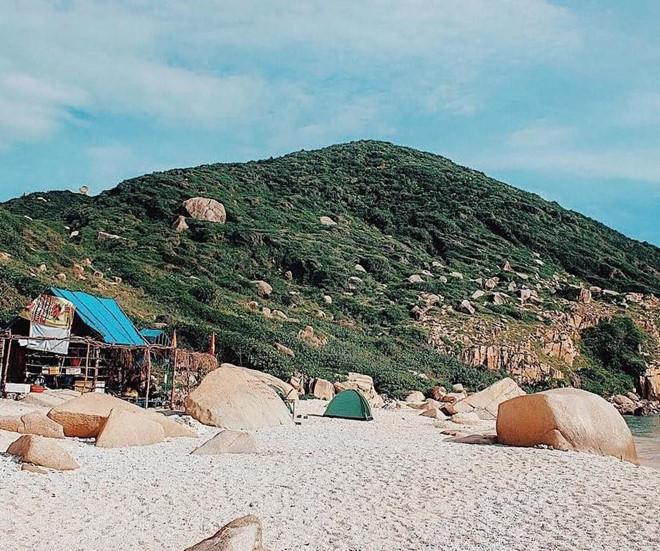 Đồi cát Mũi Đôi (Khánh Hòa): Không phải là điểm du lịch tấp nập du khách, đồi cát Mũi Đôi ở Khánh Hòa nổi bật với khung cảnh yên bình, vắng vẻ, lãng mạn bên bờ biển xanh trong. Điểm dừng chân này được rất nhiều phượt thủ yêu thích trên cung đường chinh phục cực Đông Tổ quốc. Ảnh: Noodlet287, Quanglong.2009.