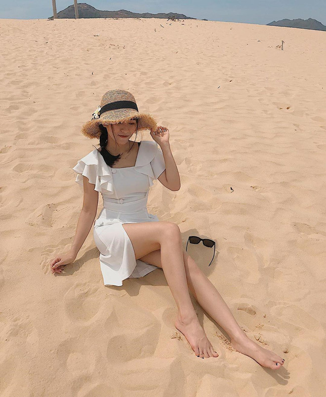 Đồi cát Phương Mai (Bình Định): Nhắc đến Quy Nhơn (Bình Định), hầu hết ai cũng nghĩ tới Eo Gió, đảo Kỳ Co, Cù Lao Xanh... mà quên đồi cát Phương Mai, điểm check-in đẹp mộng mơ cạnh bãi biển Nhơn Lý. Nơi đây được xem là một trong những đồi cát đẹp nhất miền Trung. Nếu có dịp ghé Phương Mai, bạn đừng bỏ qua thời điểm bình minh hay hoàng hôn, khoảnh khắc đẹp nhất trong ngày tại tiểu sa mạc. Ảnh: Hhuong_giangg, My_le_1196.