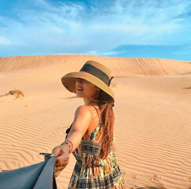 Đồi cát Nam Cương (Ninh Thuận): Cách Mũi Dinh không xa, đồi cát Nam Cương là điểm đến đẹp không kém phần nhưng chưa được nhiều người biết tới. Trên vùng đất người Chăm sinh sống, dưới cái nắng đổ lửa như ngắt đường sinh sống của thực vật, tiểu sa mạc ngút mắt chỉ một màu vàng rực trải dài ra bờ biển Đông Hải và dãy núi Chà Bang. Từ 5-7h và 15h-18h là thời điểm lý tưởng để du khách tham quan bởi khi đó nền cát bớt nóng, không khí dễ chịu hơn. Ảnh: Ho.trucninh, Maria_lovecopcon.