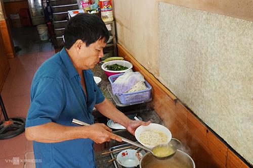 Quán Bà Vinh hơn 13 năm là một trong những địa chỉ bán cháo canh nổi tiếng ở trung tâm thành phố. Ảnh: Di Vỹ.