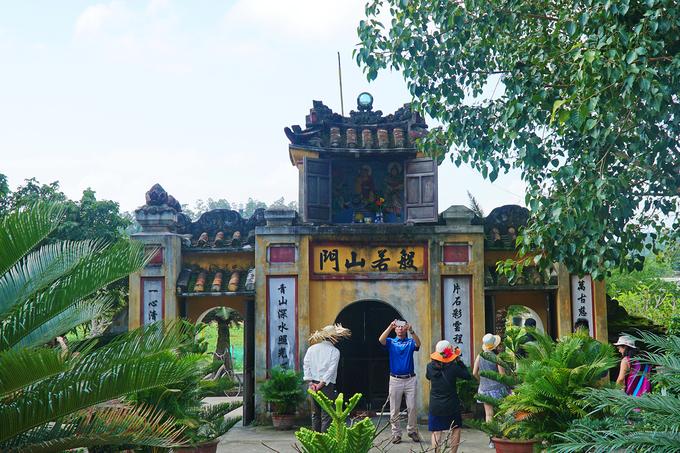 Hải Tạng là ngôi cổ tự trên đảo Cù Lao Chàm, được xây cất đầu tiên vào năm 1758 và qua nhiều lần trùng tu, di dời do ảnh hưởng của bão. Cổng tam quan phía trước gồm 3 lối vào, cao 5 m, rộng 1,5 m, dài 6 m, được tạo dáng vòm.