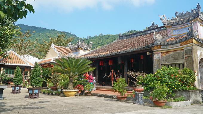 Chùa có lưng tựa núi, mặt nhìn ra thung lũng nhỏ là cánh đồng lúa duy nhất trên đảo Cù Lao Chàm, phần mái lợp ngói âm dương.