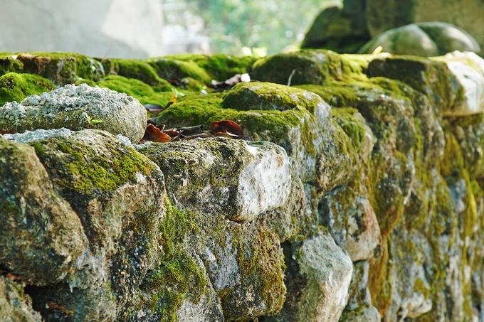 Trải qua hơn trăm năm, ngôi chùa vẫn tồn tại với nhiều dấu tích, nổi bật là bức tường bao quanh chùa. Theo lời kể của người dân trên đảo, trước đây khu này là rừng rậm với nhiều trăn và rắn độc. Vì thế, tường thành bao bọc xung quanh chùa được xây bằng đá để đảm bảo an toàn.