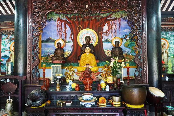 """Người dân trên đảo cho biết """"Hải"""" là biển, """"Tạng"""" là Tam tạng kinh điển, với ý nghĩa chùa là nơi hội tụ kinh Tam Tạng mênh mông như biển cả. Cổ tự thờ Phật kết hợp thờ thánh thần nhằm đáp ứng nhu cầu tín ngưỡng của ngư dân trên đảo. Nổi bật ở chính giữa là bộ Tam thế Phật, kế đến là tượng Thích Ca ngồi trên đài sen."""