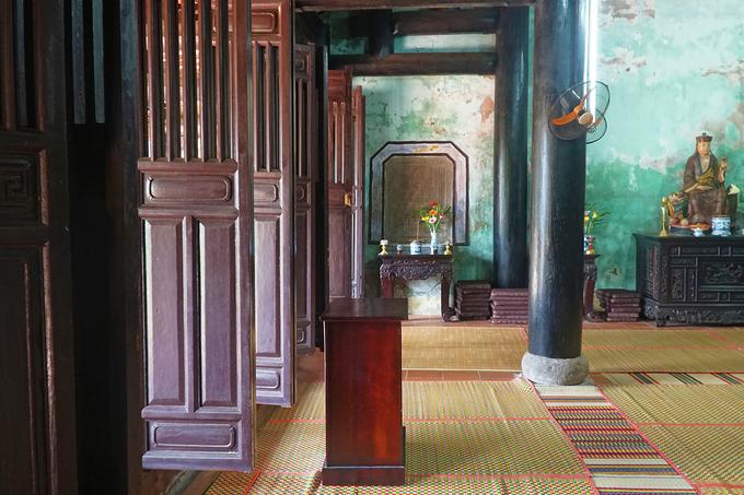 Lùi vào mái hiên khoảng 2,5m là hệ thống cửa (thường khép kín), gồm 3 bộ, mỗi bộ 4 cánh ngăn cách với chánh điện. Không gian trong chùa thông thoáng, vừa cao, vừa sâu.