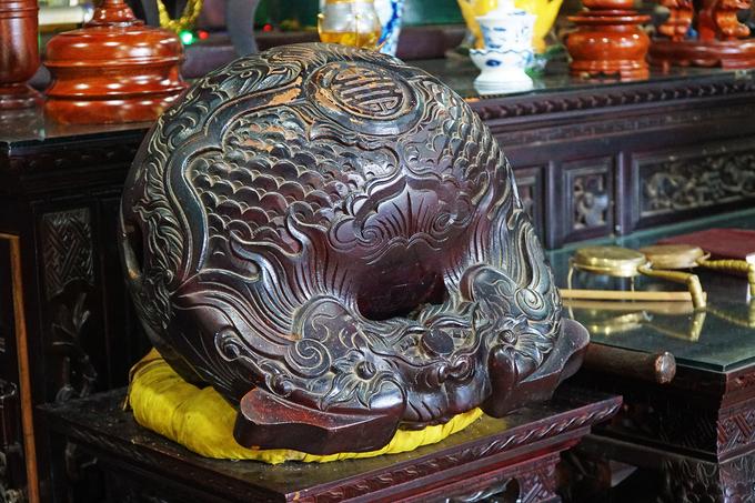 Chiếc mõ (ảnh) và nhiều đồ vật bằng gỗ trong chùa được chạm trổ công phu.