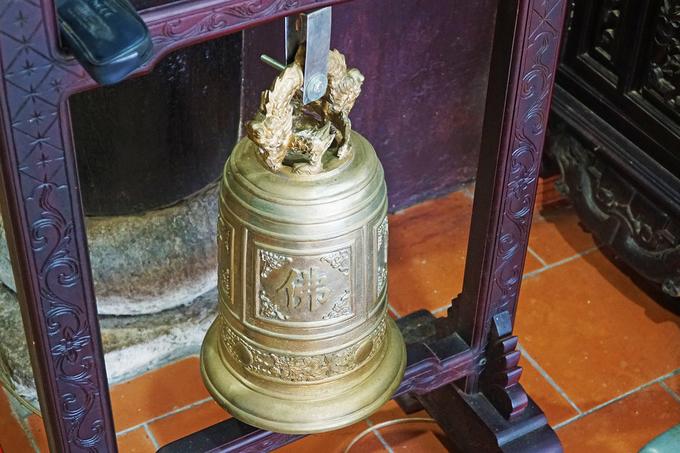 Trong chùa còn lưu giữ một quả đại hồng chung với hình một con rồng, được cho là kiểu họa tiết phổ biến ở thời Lê Sơ, tức có trước khi chùa xây dựng.