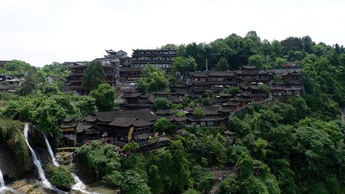 Phù Dung là một thị trấn cổ được xây dựng hơn 2.000 năm trước tại huyện Vĩnh Thuận, thuộc châu tự trị của người Thổ Gia và Miêu. Trước đây, thị trấn có tên là Vương Thôn, nơi ở của vua Thổ Gia, tuy nhiên đã được đổi thành Phù Dung trấn, sau khi bộ phim cùng tên của đạo diễn Tạ Tấn nổi tiếng năm 1986.