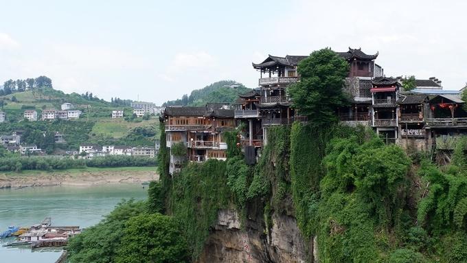 Phù Dung trấn tọa lạc tại khu vực miền núi tỉnh Hồ Nam, cách thành phố Trương Gia Giới khoảng 100 km. Được bao quanh bởi những ngọn núi và suối nước, trấn cổ Phù Dung là nơi lưu giữ những kiến trúc và văn hóa dân tộc lâu đời của người Thổ Gia.