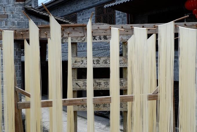 Ngoài du lịch, người dân địa phương còn phát triển một số làng nghề khác như chế tác sừng, làm mì và thịt hun khói.