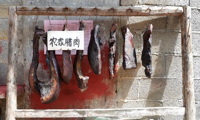 Từ xa xưa, người Thổ Gia đã nghĩ ra cách bảo quản thịt bằng cách ướp muối rồi phơi nắng hoặc treo gác bếp. Vì vậy, thịt hun khói từ lâu đã trở thành một món ăn truyền thống và đặc sản của khu vực này.