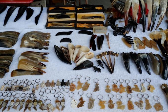 Du khách sẽ thấy có nhiều đầu trâu và các vật dụng được chế tác từ sừng như lược, thìa, trâm cài tóc. Trước kia, vào thời Ngũ Đại Thập Quốc (thế kỷ 10), người Miêu đã hợp sức cùng người Thổ Gia khi giao tranh với người Hán (dân tộc đông dân nhất của Trung Quốc). Vua tộc Miêu lúc bấy giờ thường đội một chiếc mũ sừng trâu, từ đó người Thổ Gia bắt đầu yêu mến và tôn sùng con vật này.