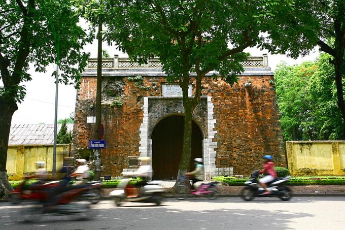 Năm 1805, do Thăng Long không còn là kinh đô, vua Gia Long đã cho xây dựng thành mới, mang tên Bắc thành, có quy mô nhỏ hơn nhiều so với thành Thăng Long. Năm 1831, vua thứ hai của nhà Nguyễn là Minh Mạng cho đổi tên Thăng Long thành tỉnh Hà Nội. Bắc thành có tên là thành Hà Nội.
