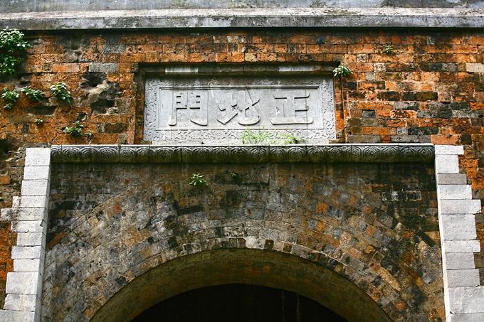 """Ba chữ """"Chính Bắc Môn"""" gắn trên vòm cửa."""