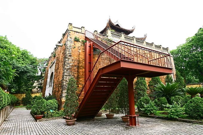 Hiện tất cả tường thành và lối lên vọng lâu phía trên đã bị phá hủy. Một cầu thang thép được dựng lên để khách tham quan có thể đi lên mặt cổng thành.