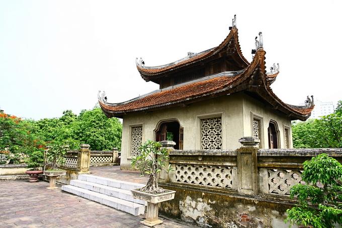 """""""Vọng lâu"""" có dạng phương đình được phục dựng lại trên mặt cổng thành. Nơi đây đặt bài vị và tượng thờ hai Tổng đốc Nguyễn Tri Phương và Hoàng Diệu - những người anh hùng đã hy sinh khi đánh giặc để giữ thành Hà Nội."""
