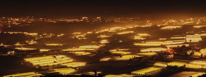 Những bức ảnh phơi sáng được chụp trên đường đến Trại Mát - cách trung tâm Đà Lạt khoảng 4 km. Ban đêm, các nhà vườn sẽ bật đèn, tạo nên một không gian tràn ngập ánh sáng, trải khắp các ngọn đồi.