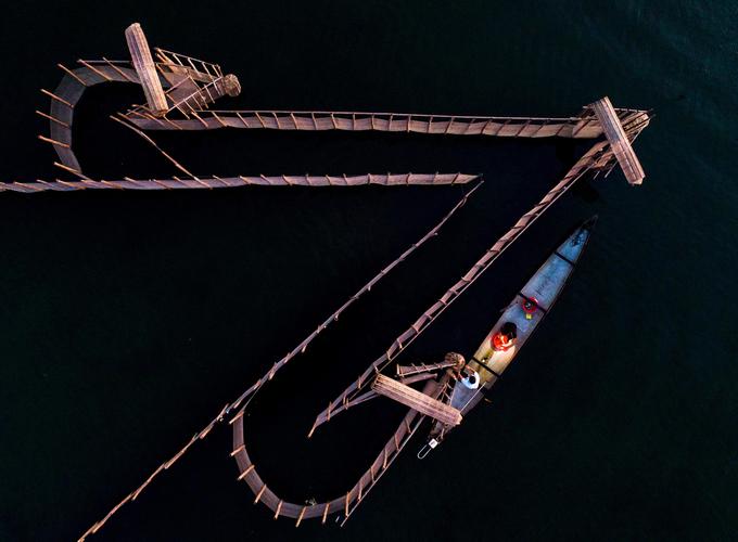 Tại Đầm Chuồn, du khách dễ dàng nhận ra những chiếc vó màu nâu vàng, chắn sáo (còn gọi vây ví, một hệ thống ngư cụ để ngư dân nuôi các hải sản trên đầm). Các loại hải sản tươi ngon tại Đầm Chuồn có thể kể đến như cua, ghẹ, cá ong, cá dìa, cá mú, cá nâu hay cá kình. Chúng được ngư dân nuôi trong những chắn sáo hay đánh bắt tự nhiên.